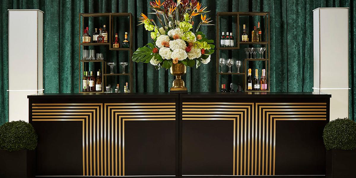 两个酒吧设置与黑色和金色自定义图形在酒吧前面